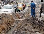 راولپنڈی: جامعہ مسجد روڈ پر کھدائی کے باعث علاقہ مکینوں کو گزرنے میں ..