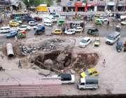 پشاور: فردوس چوک میں کھلا ہواہول کسی بڑے حادثے کا سبب بن سکتا ہے۔