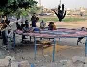 راولپنڈی: خیابان کے علاقہ میں خانہ بدوش بچے جھولوں سے محظوظ ہو رہے ہیں۔