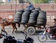 لاہور: محنت کش ریڑھے پر گاڑیوں کے پرانے ٹائر رکھ کر لیجا رہا ہے۔