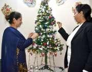 لاہور: مسیحی خواتین گھر میں کرسمس ٹری سجا رہی ہیں۔