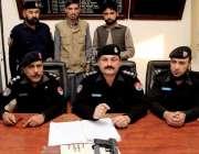 پشاور: شرقی تھانہ کی کاروائی کے دوران پکڑے جانیوالے نوسربازوں کو پولیس ..