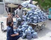 حیدر آباد: دکاندار باربی کیو کے لیے کوئلے فروخت کر رہا ہے۔