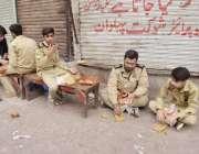 لاہور: شہدائے کربلا کے چہلم کے موقع پر جلوس میں سکیورٹی کے فرائض انجام ..