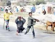 لاہور: ٹاؤن شپ میں خانہ بدوش بچے سڑک پر کھیل رہے ہیں۔