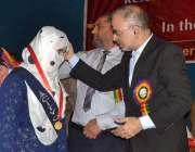 ملتان: کمشنر اشفاق ندیم کیانی ایف اے ، ایف ایس سی کے پوزیشن ہولڈرز میں ..