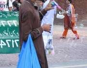 لاہور: بادشاہی مسجد کے باہر کھلونے فروخت کرنے والا شخص بچوں کو متوجہ ..