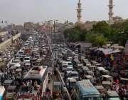 کراچی: لالو کھیت مارکیٹ میں شدید ٹریفک جام کا منظر۔کارا