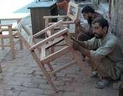 ملتان: کارپینٹر فرنیچر بنانے میں مصروف ہیں۔