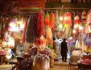 راولپنڈی: دکاندارگاہکوں کو متوجہ کرنے کے لیے مختلف اشیاء سجا رہا ہے۔