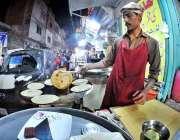 راولپنڈی: سحری کے اوقات میں ایک دکاندار پراٹھے تیار کر رہا ہے۔