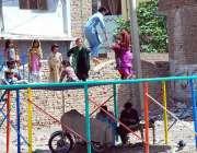 پشاور: بچے کھیل کود میں مصروف ہیں۔
