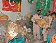 ملتان: ایک دکاندار سیاسی جماعتوں کے پرچم اور انتخابی نشان وغیرہ فروخت ..