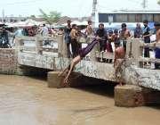 فیصل آباد: نوجوان خطرناک انداز سے نہر میں جمپ لگا رہے ہیں جو کسی حادثے ..