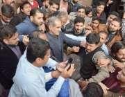لاہور: نیب کی ٹیم لاہور ہائیکورٹ کی جانب سے درخواست ضمانت خارج ہونے ..