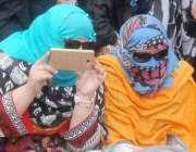 لاہور: ڈینگی ملازمین کے پریس کلب کے باہر احتجاج میں ایک خاتون موبائل ..