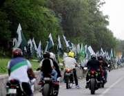 اسلام آباد: موٹر سائیکل سوار سگنل فروی ایکسپریس وے پر روڈ کنارے سٹال ..