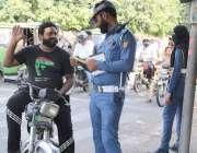 لاہور: مال روڈ پر ٹریفک وارڈن ایک موٹر سائیکل سوار شہری کا چالان کر ..