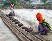 فیصل آباد: بھٹہ مزدور اینٹیں بنانے میں مصروف ہیں۔