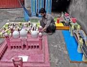 راولپنڈی: اردو بازار میں ایک کاریگر ماڈل بنانے میں مصروف ہے۔