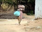 اٹک: ایک خاتون گھر والوں کی کفالت کے لیے بسال گاؤں میں گلی گلی گھوم کر ..