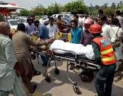 راولپنڈی: ریسکیو1122کے اہلکار کار کی ٹکر سے زخمی ہونیوالی خاتون کو ایمبولینس ..