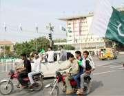 لاہور: نوجوان مال روڈ پر یوم آزادی کا جشن مناتے ہوئے جا رہے ہیں۔