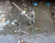 پشاور: تعلیم حاصل کرنے سے محروم ایک بچے نالے سے کار آمد اشیاء تلاش کر ..