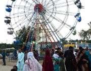 حیدر آباد: شہریوں کی بڑی تعداد سیرو تفریح اور جھولوں سے لطف اندوز ہو ..