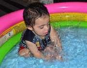 سرگودھا: ایک بچہ گرمی کی شدت کم کرنے کے لیے بے بی سوئمنگ پول میں نہا ..