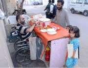 کراچی: 31سالہ معذور شخص اپنے بچوں اور فیملی کی کفالت کے لیے سڑک کنارے ..