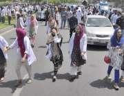 لاہور: ینگ ڈاکٹرز جیل روڈ پر احتجاجی ریلی میں شریک ہیں۔