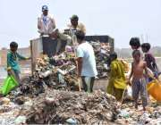 حیدر آباد: خانہ بدش افراد کچرے کے ڈھیر سے کار آمد اشیاء تلاش کر رہے ہیں۔