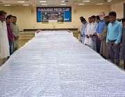 فیصل آباد: شہری ہاتھ سے لکھا ہوا اکاون(51) فٹ لمبا اور آٹھ(8) فٹ چوڑا قرآن ..