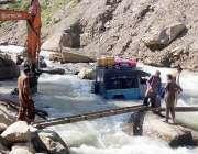 آزاد جموں و کشمیر: جیپ پانی میں پھنس جانے کی وجہ سے مسافر ندی کراس کرنے ..