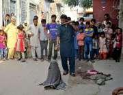 فیصل آباد: مداری شہریوں کو محضوظ کرنے کے لیے بندر کا تماشا دکھا رہا ..