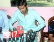 حیدر آباد: پٹھان کالونی کے رہائشی مزمل قریشی تشدد کرنے والوں کے خلاف ..