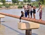 حیدر آباد: نوجوان خطرناک انداز سے نہر میں جمپ لگار ہے ہیں جو کسی حادثے ..