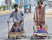 حیدر آباد:دو بھکاری ریڑھیوں معذورخاتون اور بچی کو بٹھائے بھیک مانگ ..