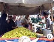 ملتان: خواتین ریڑھی بان سے لیمن خرید رہی ہیں۔