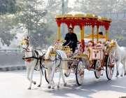 فیصل آباد:شادی بیاں میں استعمال کی جانیوالی بگھی کینال روڈ سے گزر رہی ..