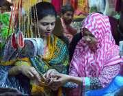 حیدر آباد: عید کی تیاریوں میں مصروف خواتین جیولری پسند کر رہی ہیں۔