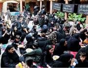 راولپنڈی: ٹرنک بازار میں عاشورہ کے مرکزی جلوس میں خواتین عزادار لنگر ..