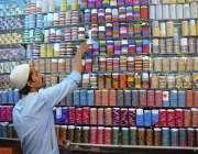 حیدر آباد: دکاندار گاہکوں کو متوجہ کرنے کے لے چوڑیاں سجا رہا ہے۔