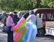 اسلام آباد: شہری سڑک کنارے لگے سٹال سے بے بی سوئمنگ پول پسند کر رہا ہے۔