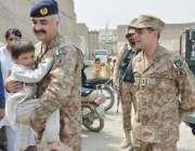 بنوں: ڈپٹی کمانڈر کرنل حنیف شہید شاہ قیاز کے بیٹے کو گود میں اٹھا کر ..