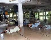 ملتان: روزہ دار مسجد شاہ رکن عالم میں آرام کر رہے ہیں۔