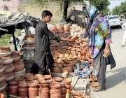 اسلام آباد: خاتون ایک سٹال سے مٹی کے برتن پسند کر رہی ہے۔