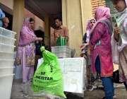اسلام آباد : عام انتخابات کے سلسلہ میں پولینگ کا سامان لیجایا جار ہا ..