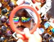 حیدر آباد: شہری ایک سٹال سے دھوپ سے بچائے کے لیے عینک پسند کر رہا ہے۔